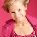 Une jeune fille espiègle en rose