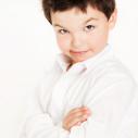Un jeune garçon en blanc