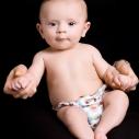 Un bébé dans les bras de son parent