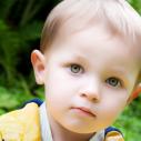 Un garçon en jeune âge dehors