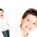 Montage présentant un garçon dans des positions différentes