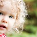 Plan rapproché du visage d'une fillette à l'extérieur