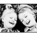 Deux enfants souriant en noir et blanc