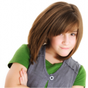 Une jeune fille prenant la pause devant un fond blanc