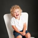 L'enfant et la chaise blanche