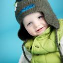 Un bébé ayant une jolie tuque originale