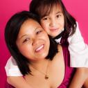 Maman et sa fille dans un environnement rose