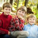 Photo automnale de trois garçons