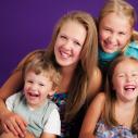 Quatre enfants devant un fond violet