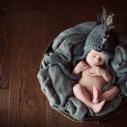Jolie bébé dans un panier